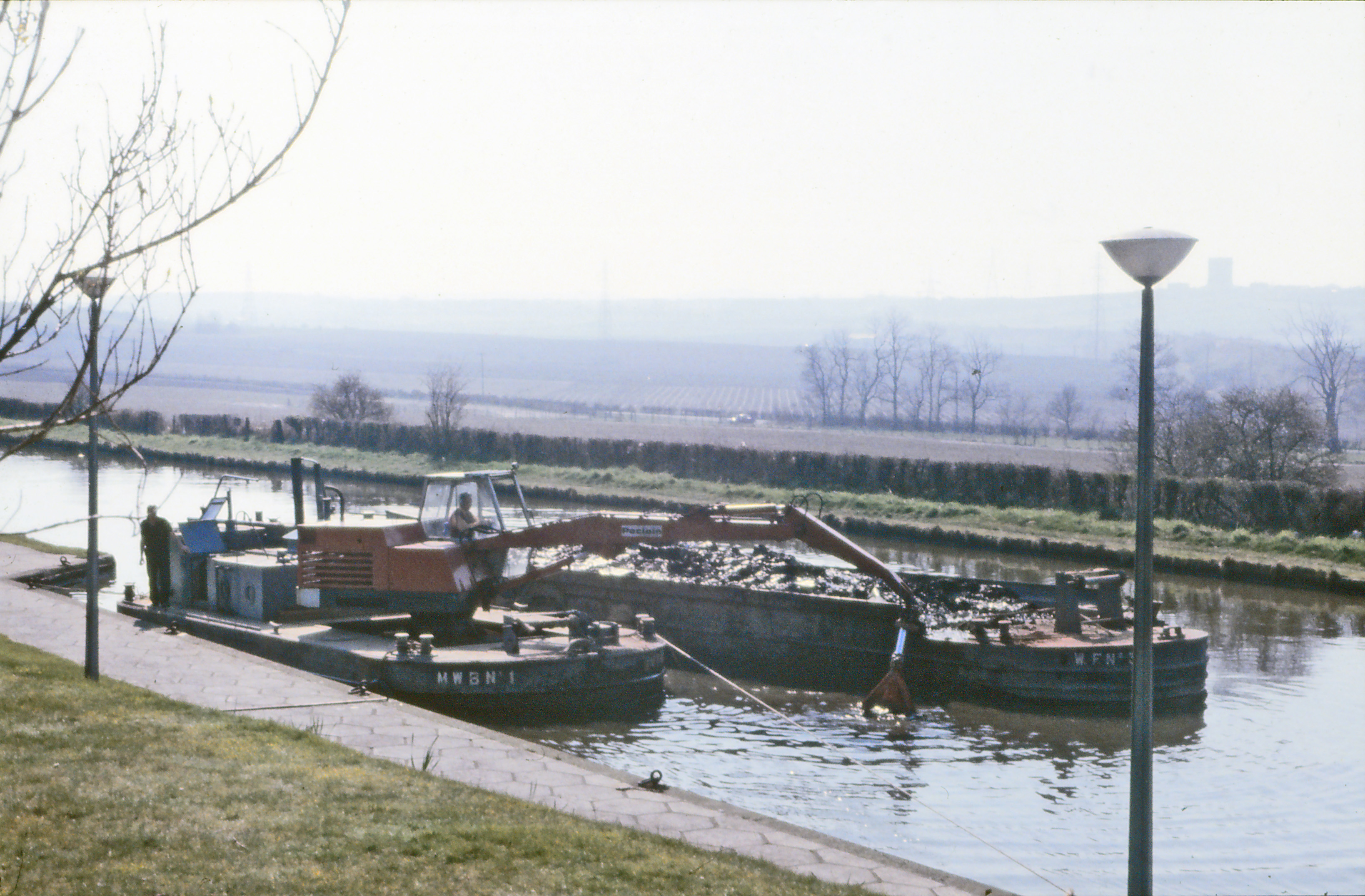 sc0011.jpg - Dredging the Bridgewater canal