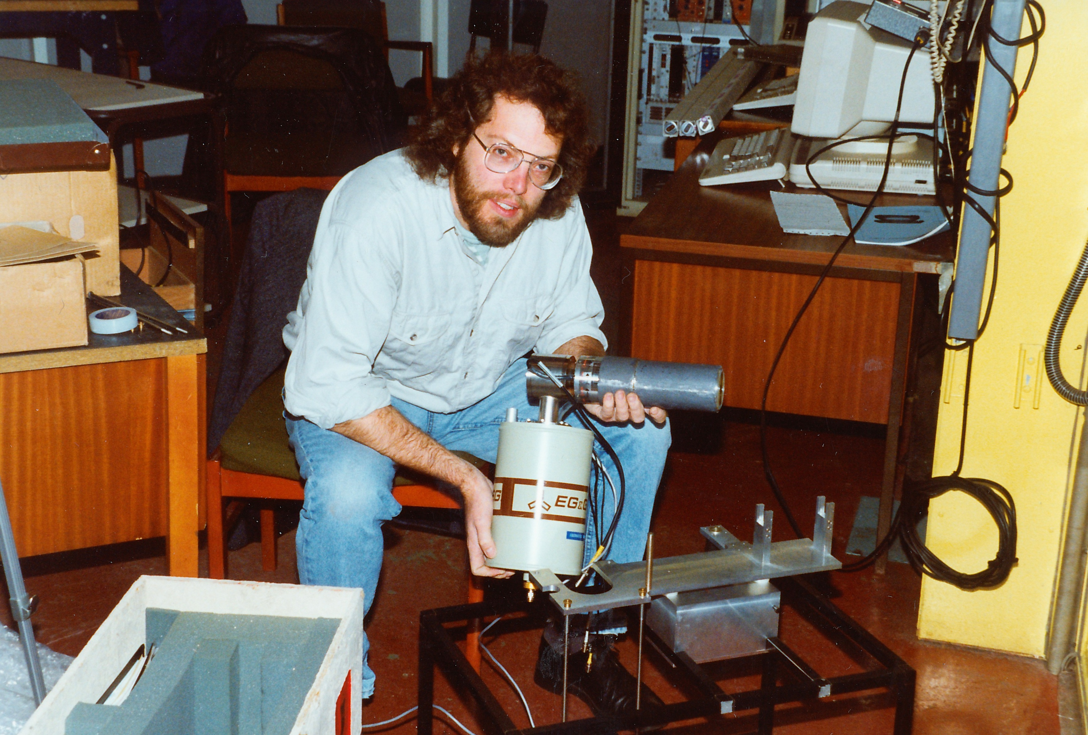010Dares030.jpg - Stephen Clackson securing our Si(Li) detector to its mount prior to fitting in station 7.6, Oct 1992