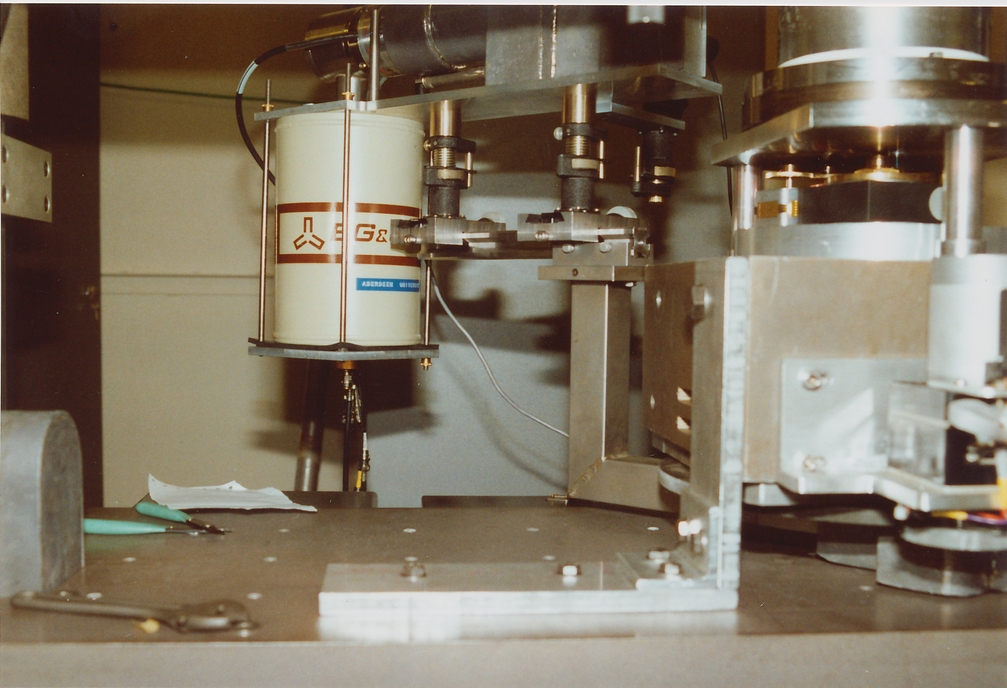 sc0031.jpg - The detector adjustable platform and liquid nitrogen dewar