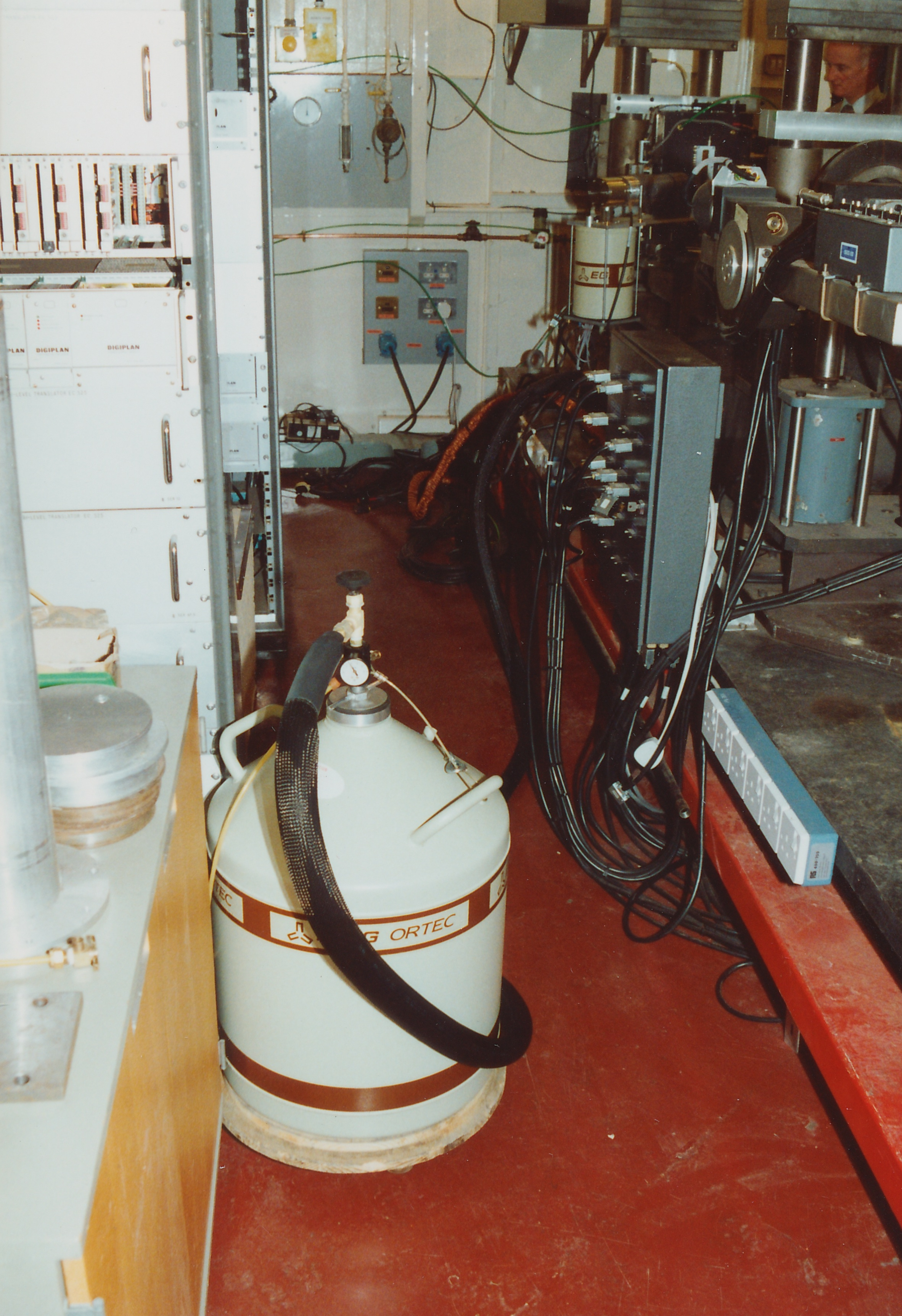 sc0045.jpg - Liquid nitrogen dewar on castored platform ready to refill detector, Apr 1990