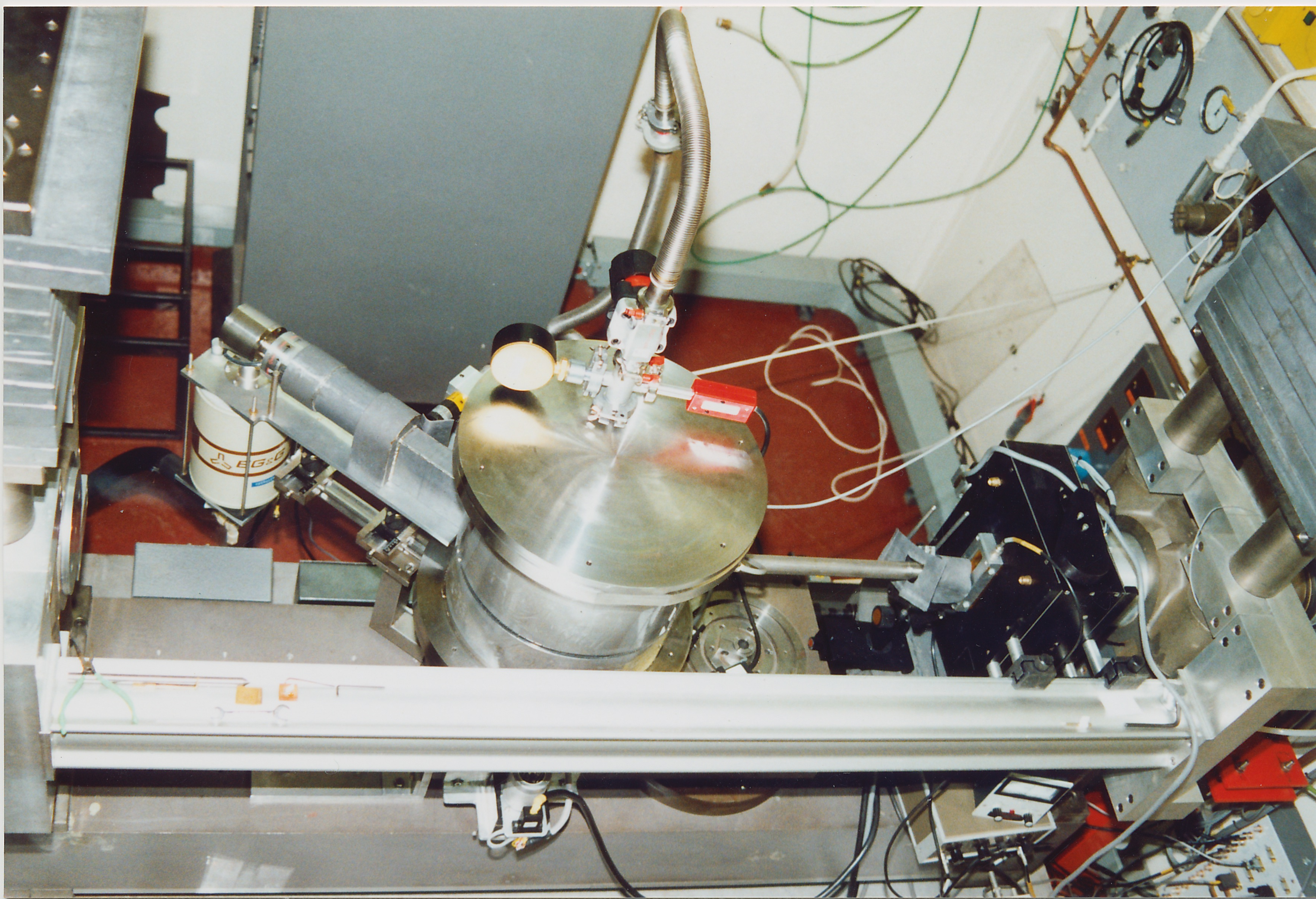 sc0075.jpg - Scattering apparatus with external incident beam collimator (evacuated?), Nov 1990
