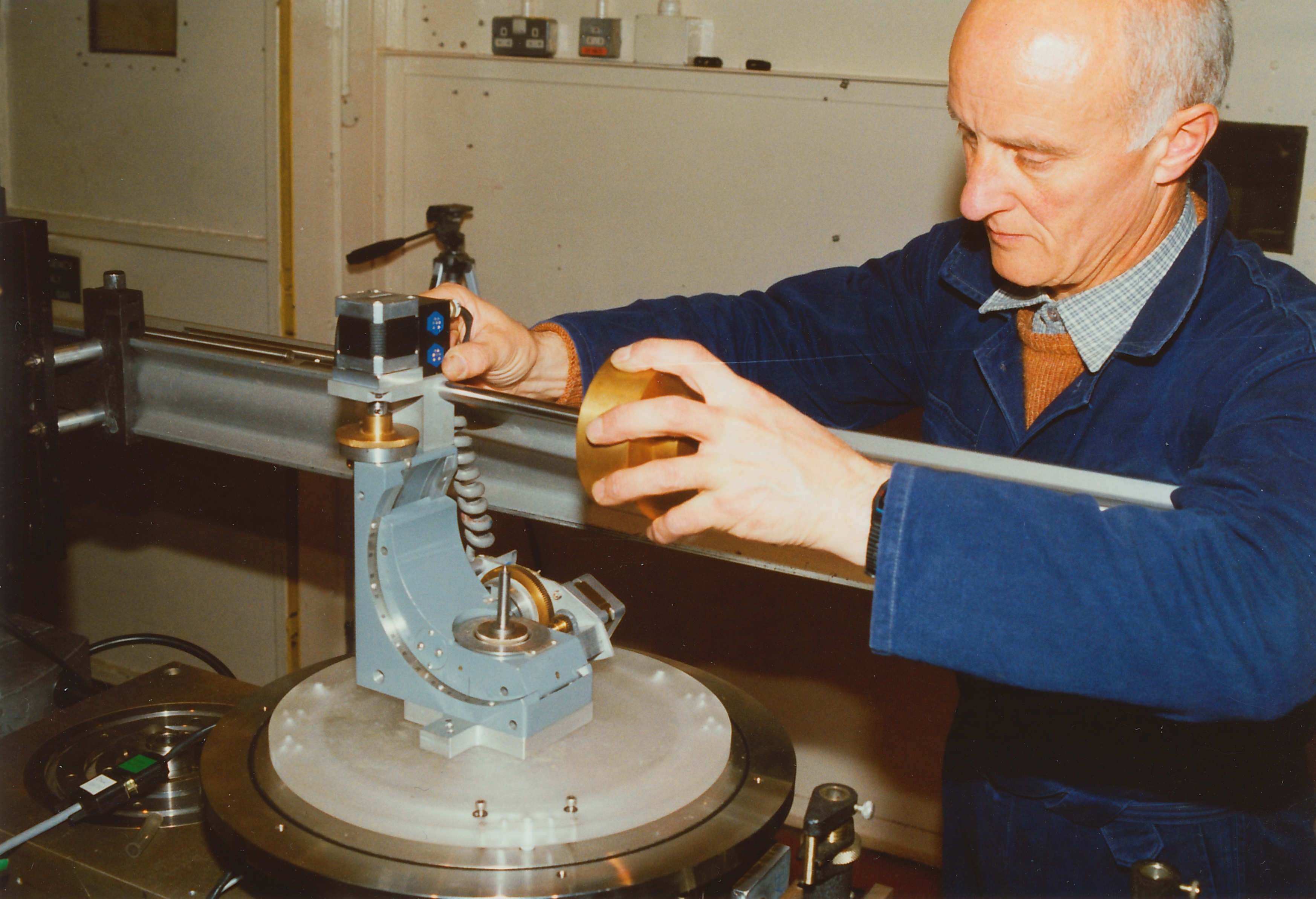 sc0203.jpg - Securing the counterbalance weight to the quarter circle orientor, 1992