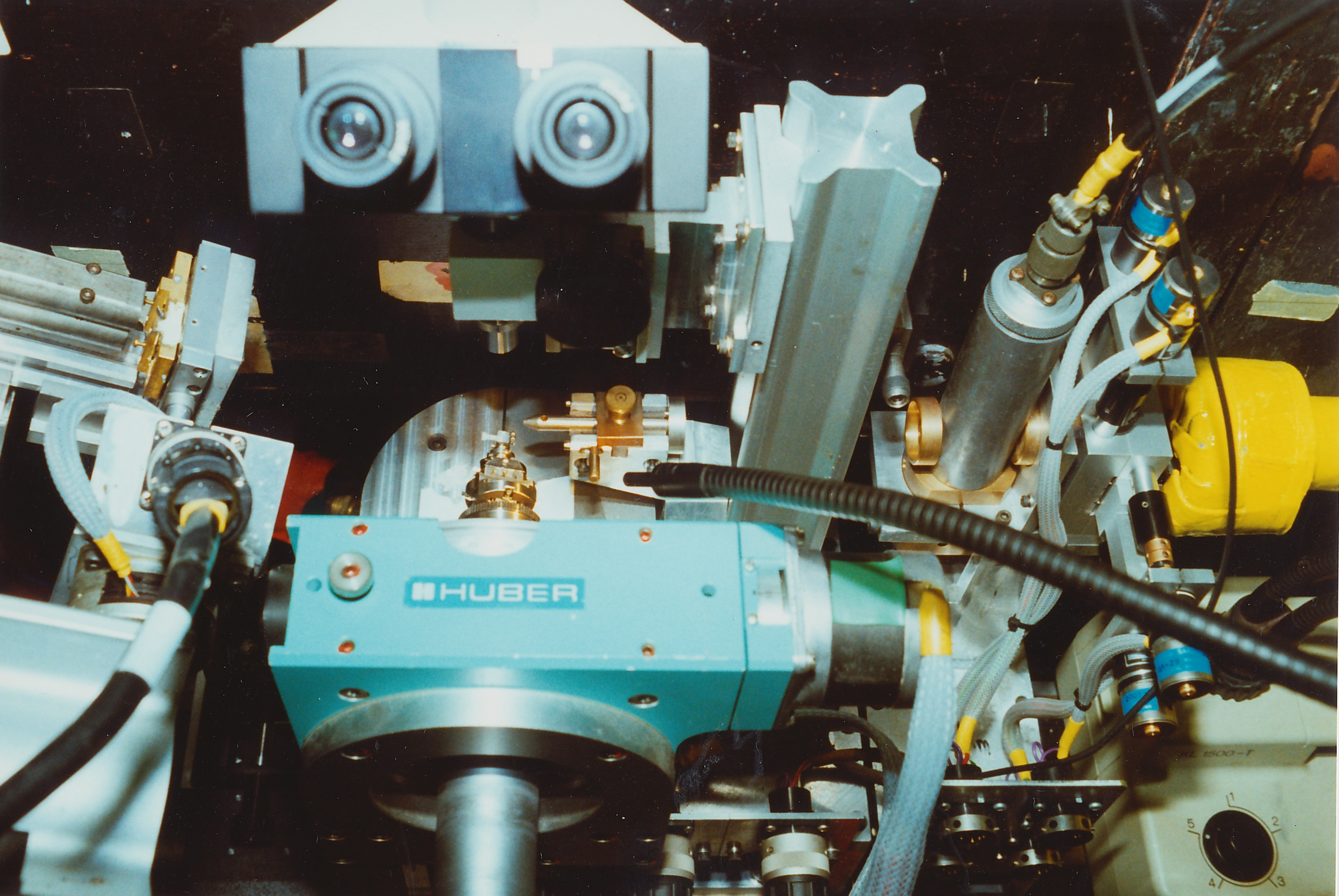042Dares050.jpg - Looking down on our sample (centre) mounted at station 9.7, Sept 1992